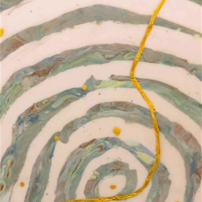 Nel viaggio a spirale il percorso dorato s'innalza, 32x30x1 cm